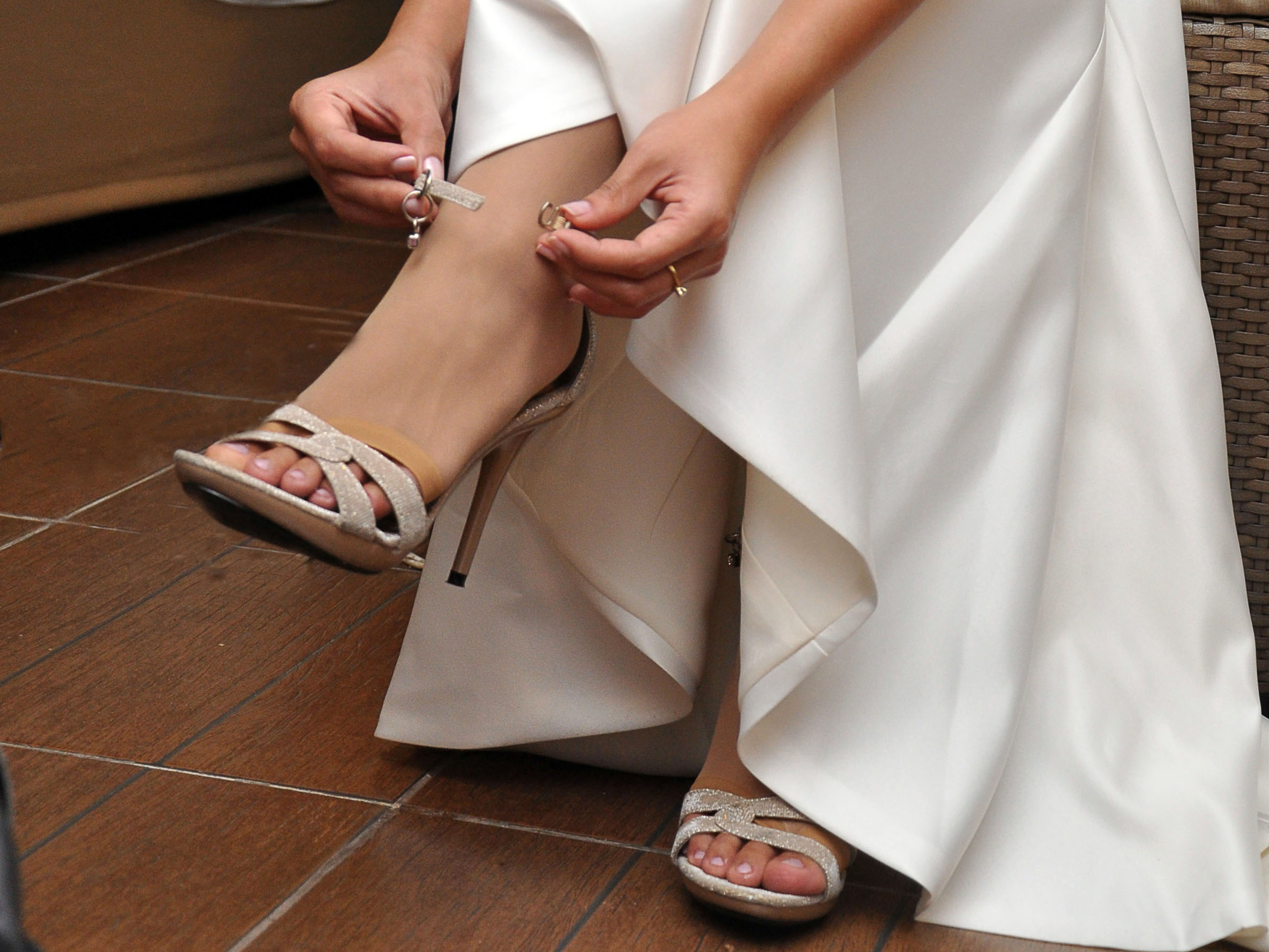 Wear wedding shoes before the dress length adjustment